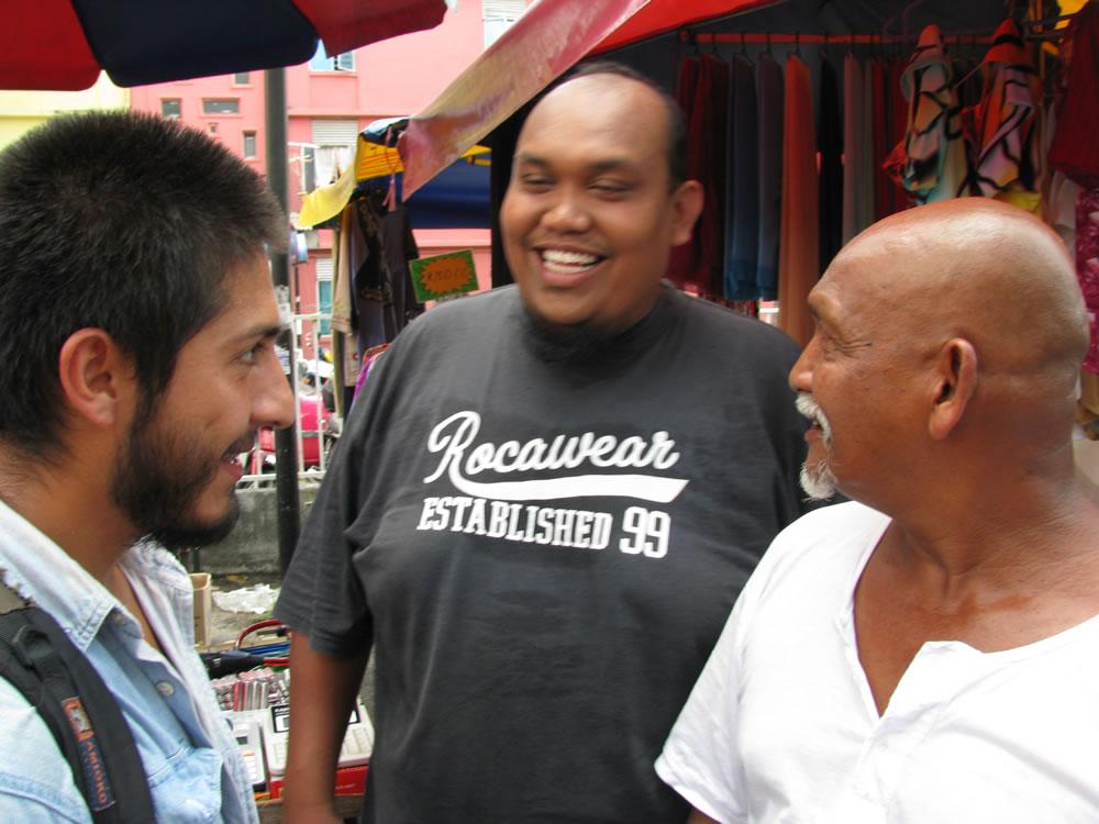 Rizuan y su amigo en el mercado