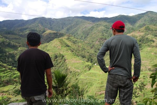 Davidson y Steve mirando el paisaje