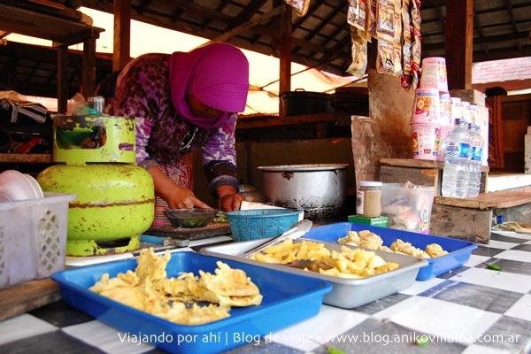 Mujer cocinando en un puestito