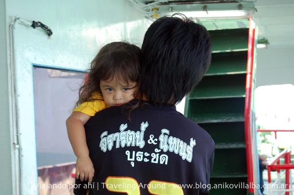 Nena tailandesa, en el barco hacia la isla Ko Phanghan