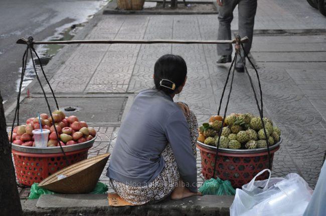 Vietnamita vendiendo fruta