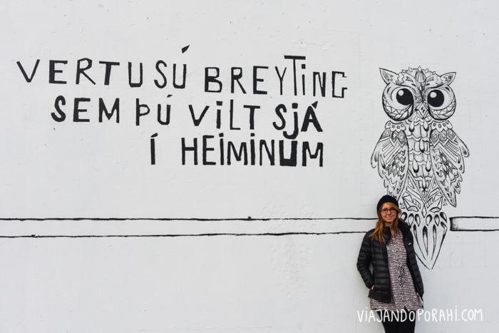 Está bien, no aprendimos islandés, pero vi esta pared y me gustó, así que le pedí una foto a Lau... Y después me enteré de que esa frase significa: