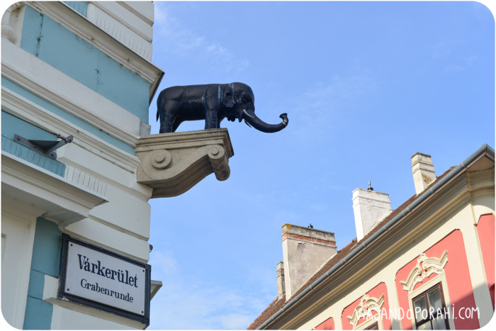 Te mando algunas fotos de cosas lindas que me hicieron acordar a vos, como este elefantito en medio de una calle húngara.