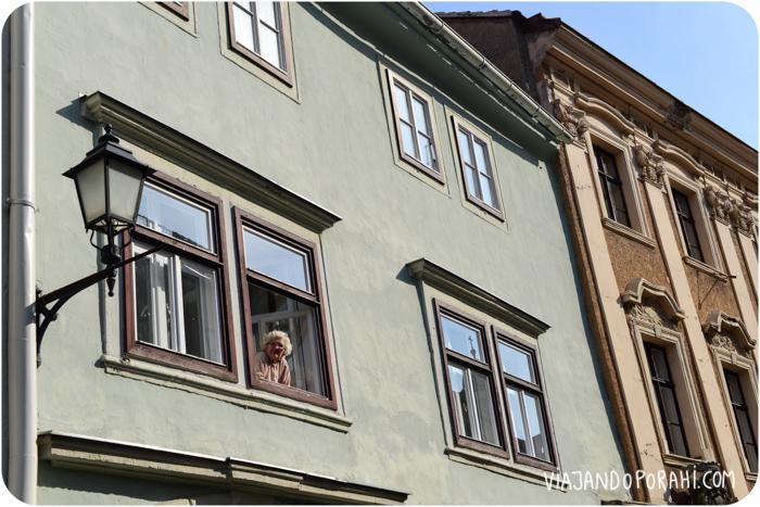 Una señora en la ventana.