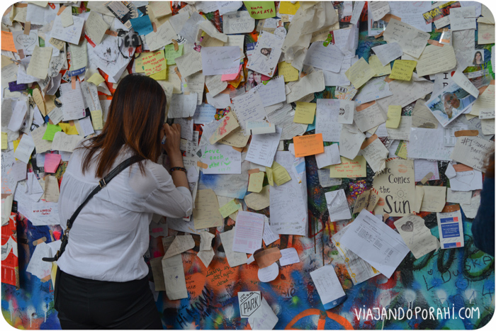 Y esta chica escribía un mensaje en el muro de John Lennon, en Praga.