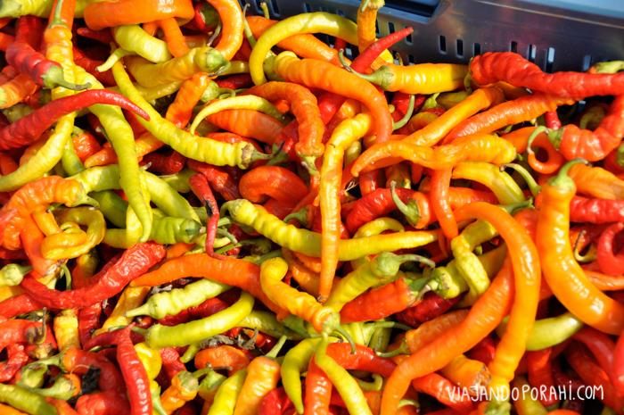 Los mercados callejeros (generalmente matutinos) son buenos lugares para comprar frutas y verduras frescas