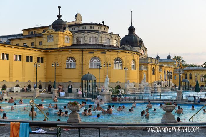 Los baños termales de Budapest: lugares de reunión social.