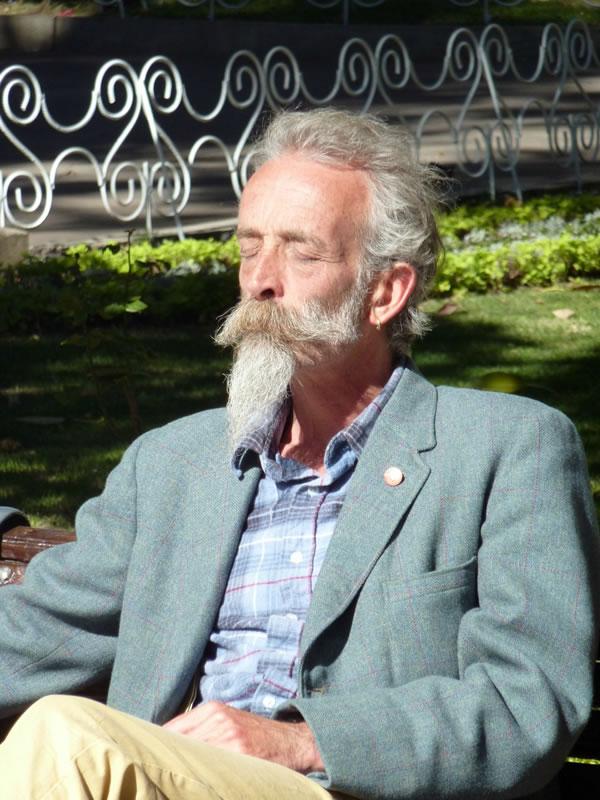 Este señor decía ser amigo íntimo del difunto. Se había dejado la barba larga para estar acorde al festival de las cabras.