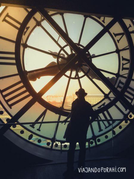Frente al reloj en París.