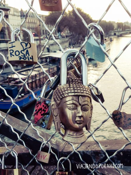 Candado budista en los puentes de París.