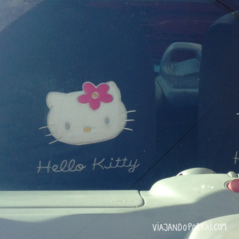 Hello Kitty adentro de un auto