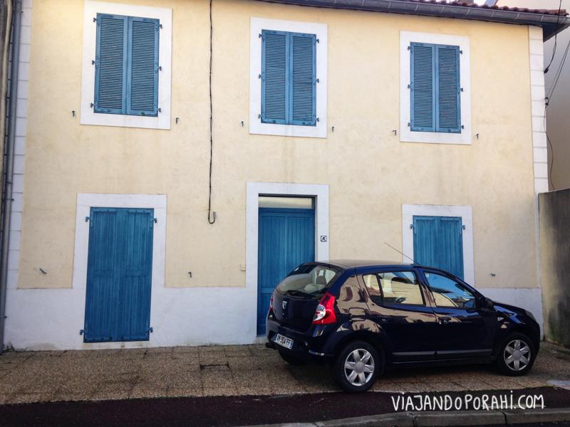 Algo azul #1: auto combinando con la casa