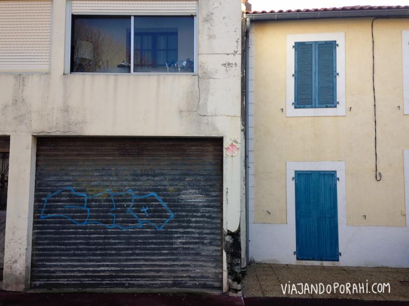 Y estas dos viviendas, una al lado de la otra, que no tienen nada que ver.