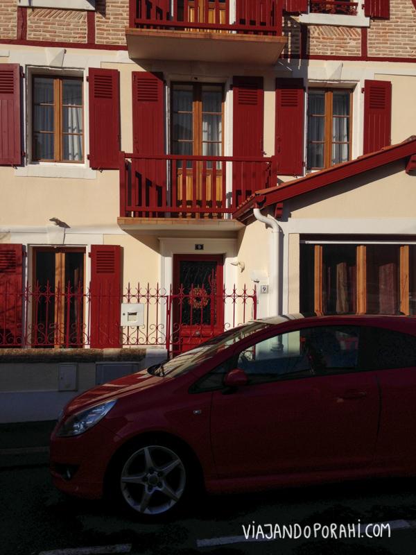 Veo un auto rojo combinando con casa roja.