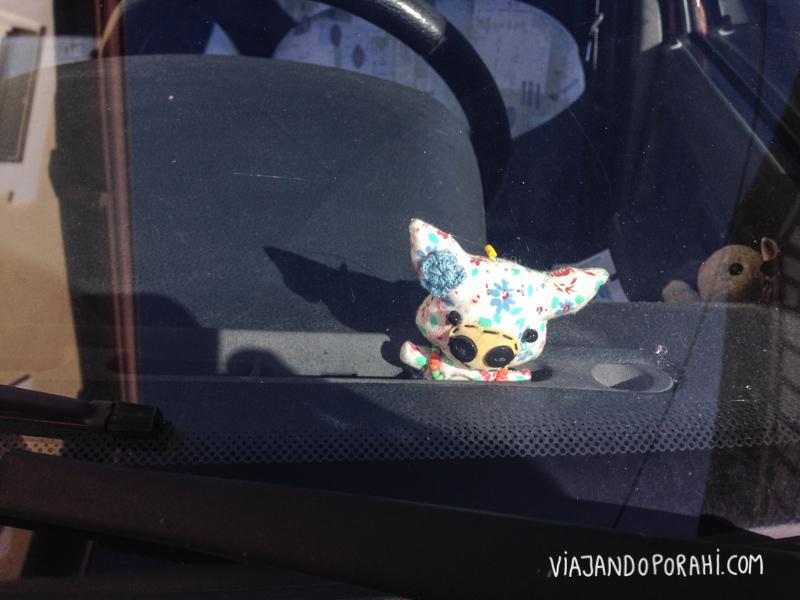 Este muñequito en un auto