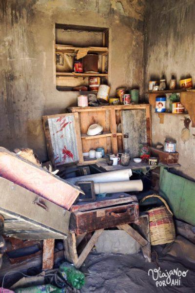 El interior de una casa abandonada en un pueblo fantasma de Bolivia