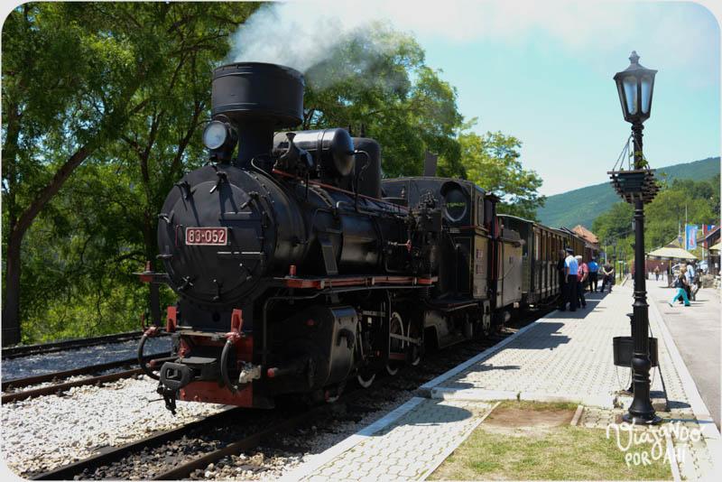Cuando llegamos a la estación nos encontramos con esta escena: locomotora lista para partir