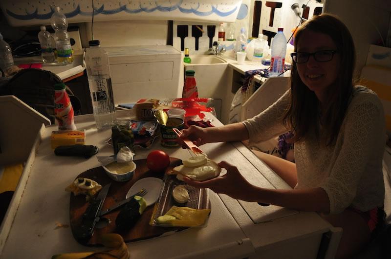 La parte de comer me la tomé muy enserio. Por si se preguntan, estábamos haciendo picnic adentro de un velero.