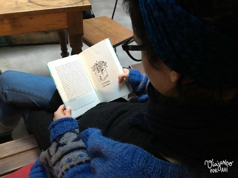 Lau, nuestra anfitriona, se enganchó con mi libro. :)