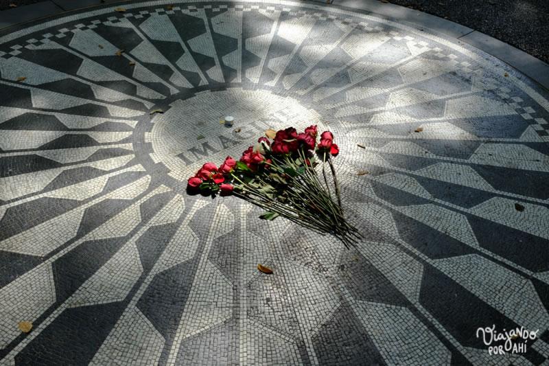 La placa en honor a John Lennon en el Central Park