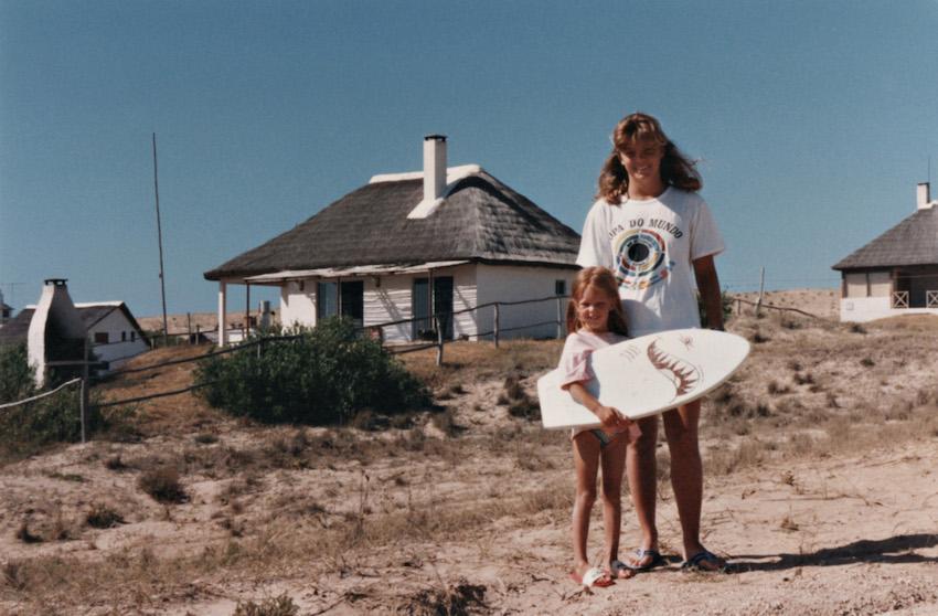 Con mi prima Ceci y mi súper tabla en Punta del Diablo, Uruguay.