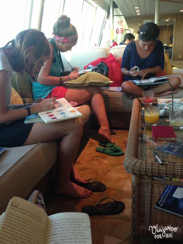 Escribiendo en nuestros diarios con mucha concentración