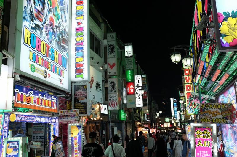 Demasiada información (aunque también hay que aclarar que esta es una de las calles más turísticas de Tokio)