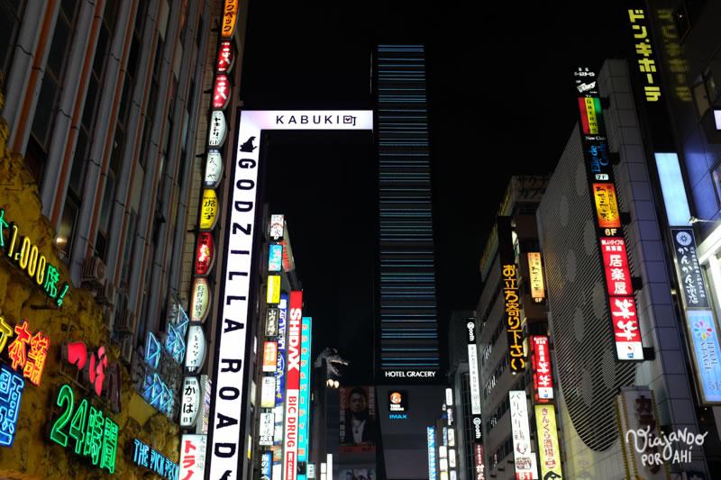 Al fondo está Godzilla (Shinjuku)