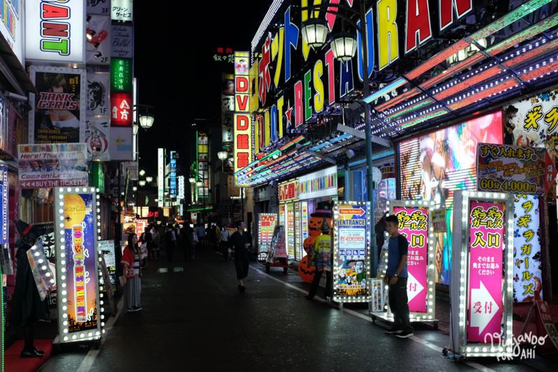 Shinjuku de noche, una de las zonas más turísticas