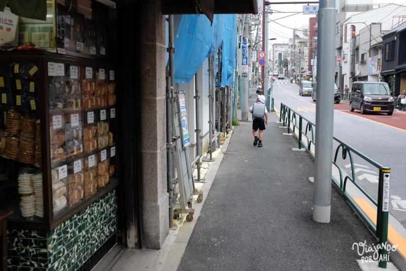 Niño japonés volviendo solo del colegio