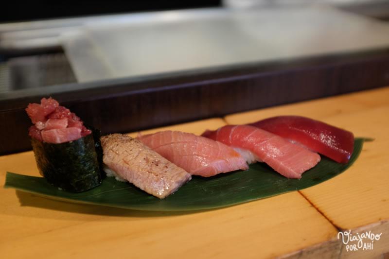 """El mejor sushi que comí en mi vida, en el mercado de Tsukiji (pidan el """"aburi toro"""" para tener una experiencia religiosa) (?)"""